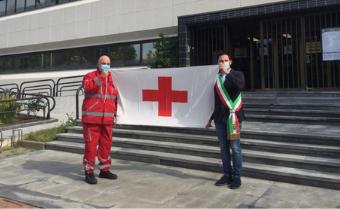 La bandiera della Croce Rossa sventola sul pennone del Palazzo Comunale